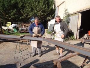 Thierry et Patou commencent la fabrication des fermes