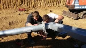 Thomas et Ian, les frangins, au montage d'une ferme